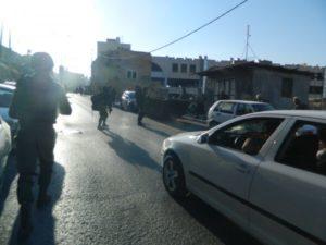soldati israeliani bloccano il traffico in H1