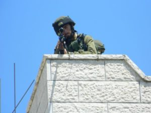 Un soldato minaccia