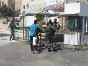 I soldati israeliani entrano in un cortile interno palestinese, alla ricerca di un ragazzo palestinese che ha combattuto con un ragazzo israeliano.