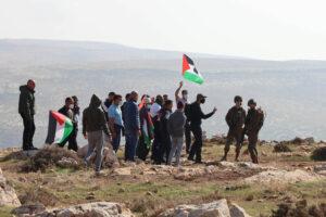 I soldati israeliani cercano di disperdere i palestinesi mentre protestano contro un nuovo avamposto vicino al villaggio di al-Mughayyer, nella Cisgiordania occupata, il 18 dicembre 2020 (Sharona Weiss / Activestills.org)